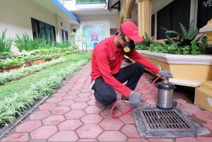 petugas menyemprotkan cairan anti rayap