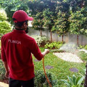 proses penyemprotan anti rayap oleh petugas